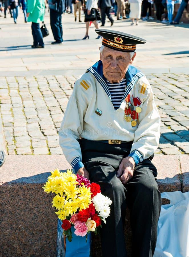 Moscú, Rusia, el 9 de mayo de 2018: veterano de guerra de la marina de guerra con las medallas y las flores presentadas fotografía de archivo libre de regalías