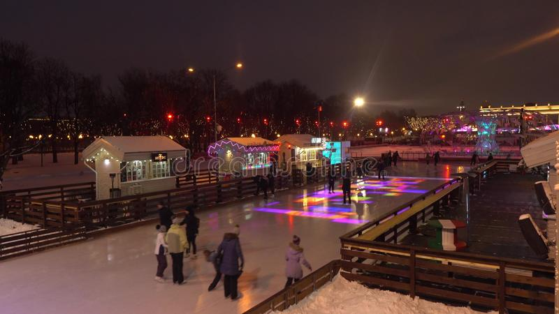 MOSCÚ, RUSIA - ENERO, 2, 2017 Cristmas y el Año Nuevo adornaron el anillo patinador en el parque famoso de Gorki iluminado en fotografía de archivo libre de regalías