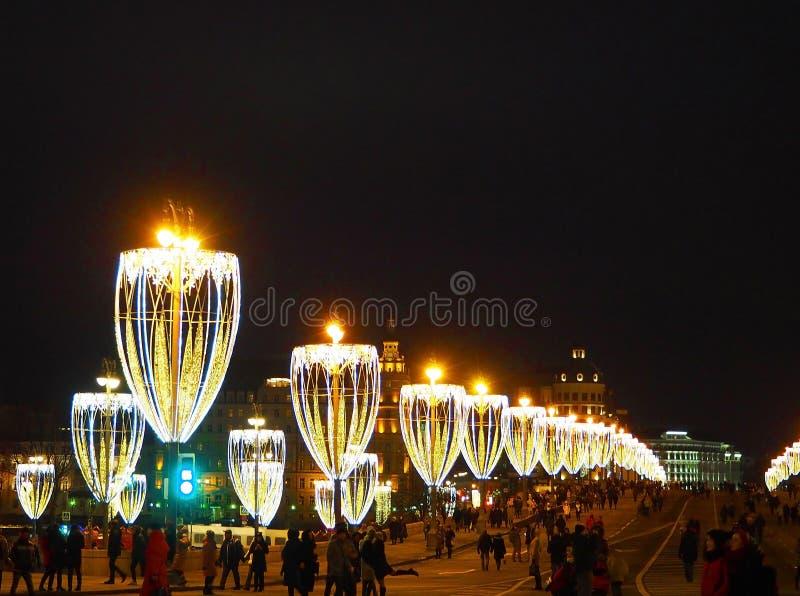 MOSCÚ, RUSIA - ENERO DE 2018: Decoración de la Navidad, iluminación de Moscú en el puente de Moskvoretsky, al lado del Kremlin, R imagen de archivo