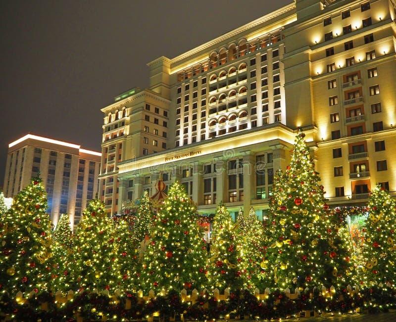 MOSCÚ, RUSIA - ENERO DE 2018: Iluminación de la Navidad y árbol de navidad adornado en el cuadrado de Manezhnaya en el centro de  foto de archivo libre de regalías