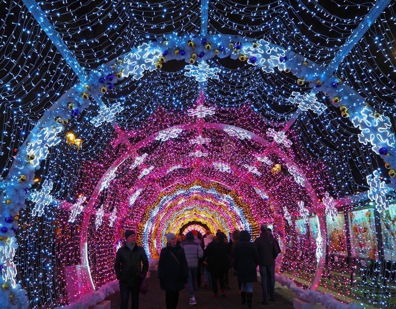 MOSCÚ, RUSIA - ENERO DE 2018: Túnel colorido en el bulevar de Tverskoy La Navidad, decoraciones del día de fiesta fotos de archivo libres de regalías