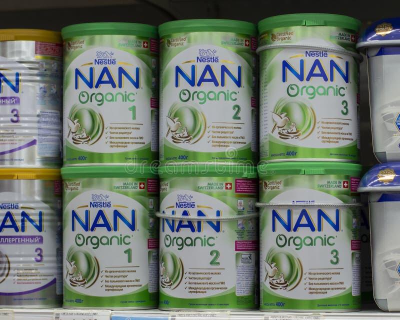 03-08-2019 Moscú, Rusia Fórmula NAN Nestle orgánica de la leche de los alimentos para niños en latas verdes blancas grandes del m foto de archivo