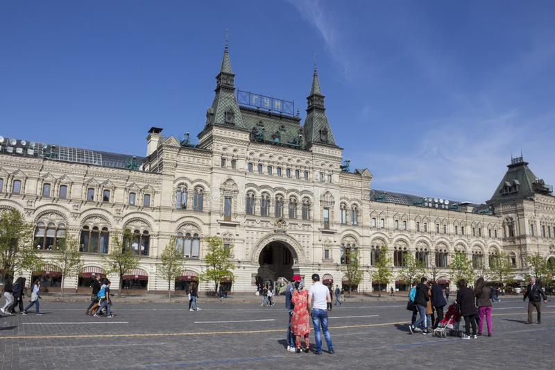 MOSCÚ, RUSIA - fachada de los grandes almacenes del estado de la GOMA de Moscú imagenes de archivo