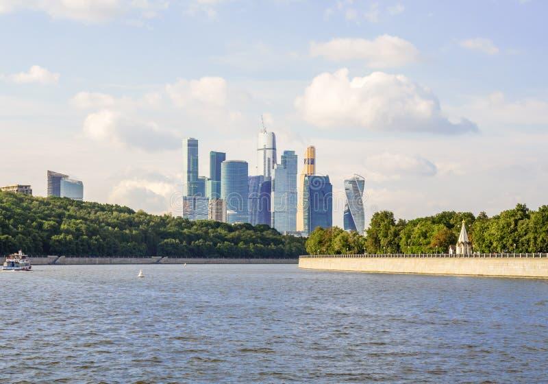 Moscú, Rusia - julio de 2016: Moscú-ciudad en el río de Moskva Edificios altos internacionales del centro de negocios del vidrio fotos de archivo