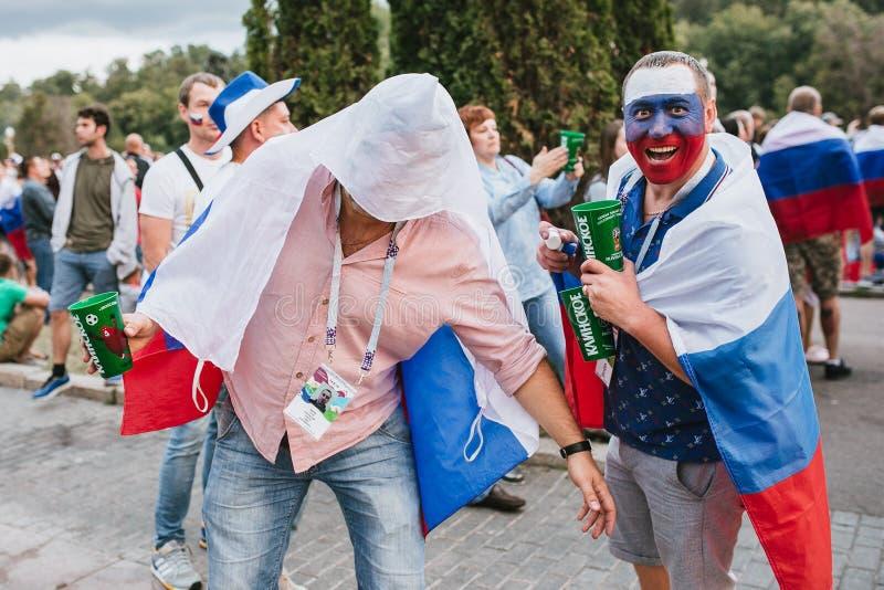 MOSCÚ, RUSIA - JULIO DE 2018: Fanáticos del fútbol con la bandera rusa y caras pintadas en la zona de la fan durante el mundial foto de archivo libre de regalías