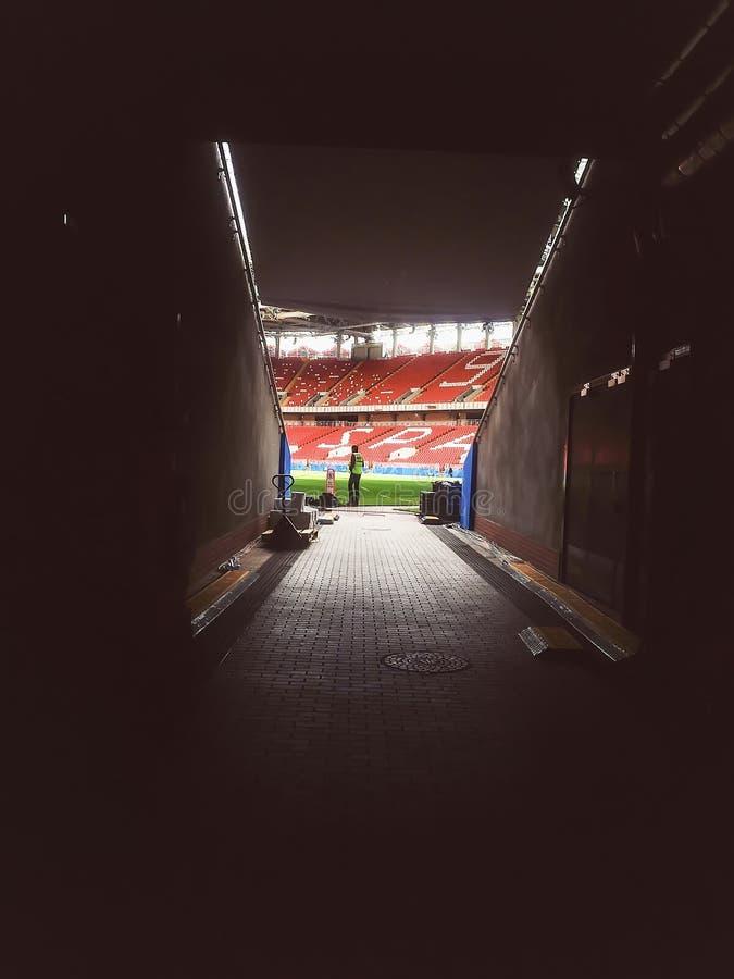 MOSCÚ, RUSIA - JUNIO, 13, 2018: Arena de Otkritie, estadio del club del fútbol de Spartak, mundial 2018 de la FIFA Túnel de la ar imagen de archivo
