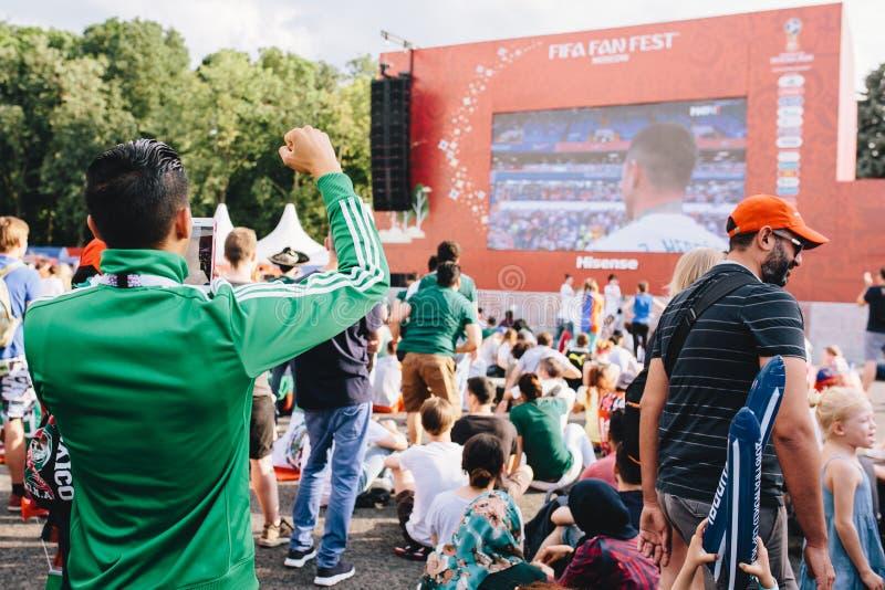 MOSCÚ, RUSIA - JUNIO DE 2018: El fan mexicano en relojes uniformes hace juego México - Corea del Sur durante el mundial fotografía de archivo