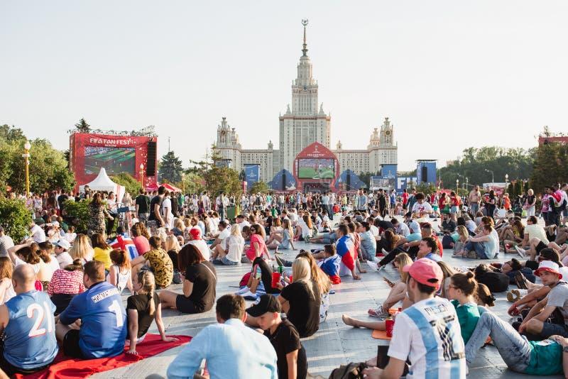 MOSCÚ, RUSIA - JUNIO DE 2018: Fanáticos del fútbol que miran el partido en un fest del fan en Moscú en las colinas del gorrión imagenes de archivo