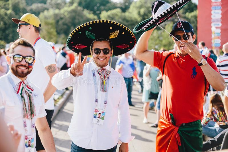 MOSCÚ, RUSIA - JUNIO DE 2018: Fans mexicanas con el sombrero nacional del tocado en la zona de la fan durante el mundial imagenes de archivo