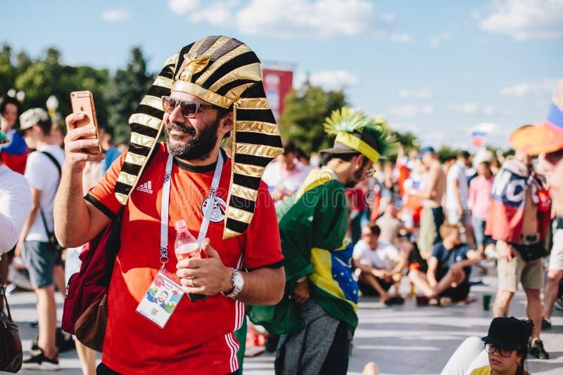 MOSCÚ, RUSIA - JUNIO DE 2018: Un fanático del fútbol en el tocado del faraón egipcio en la zona de la fan durante el mundial imagenes de archivo