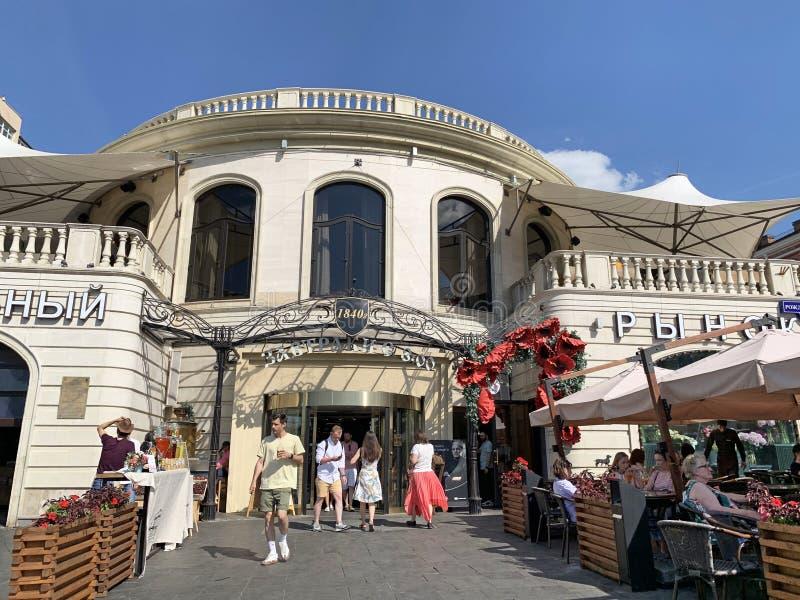 Moscú, Rusia, junio 20, 2019 Gente delante de la entrada principal al mercado central en el centro de Moscú en verano soleado fotos de archivo libres de regalías