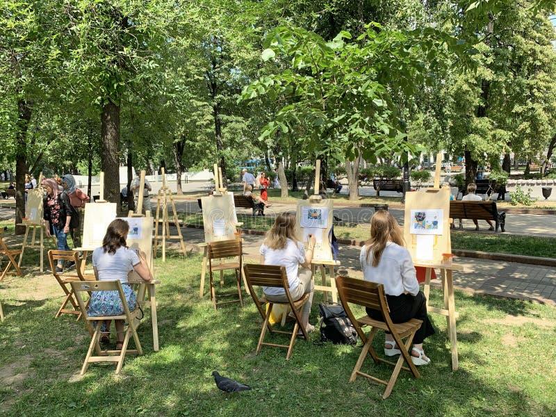 Moscú, Rusia, junio 20, 2019 Lección del arte en el bulevar de Chistoprudny en el verano en Moscú foto de archivo