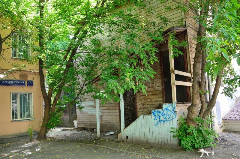 Moscú, Rusia, junio, 12, 2017, Moscú vieja, pórtico de madera en la casa número 3 en el carril de Serebryanichesky foto de archivo libre de regalías