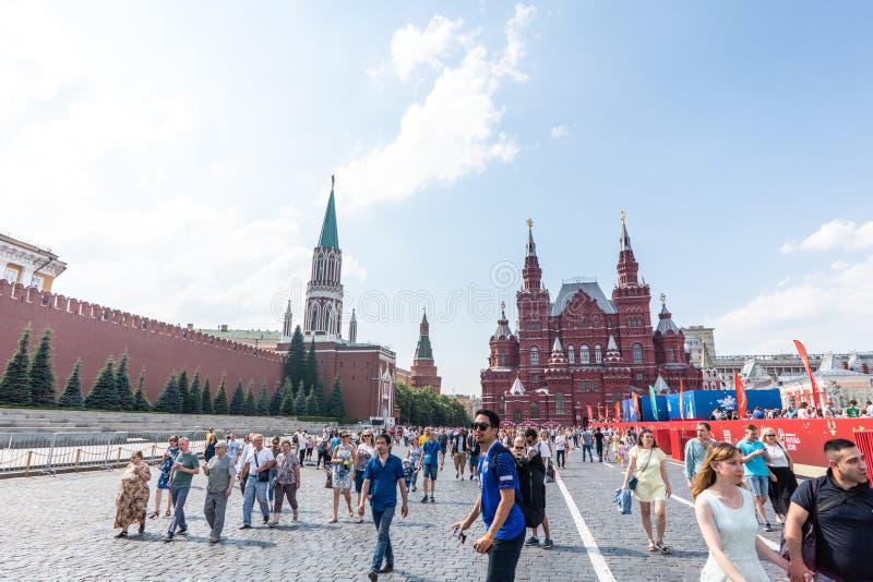 Moscú, Rusia - junio, 23,2018: Turismo de la gente en la Plaza Roja de la pared del Kremlin, Moscú foto de archivo libre de regalías