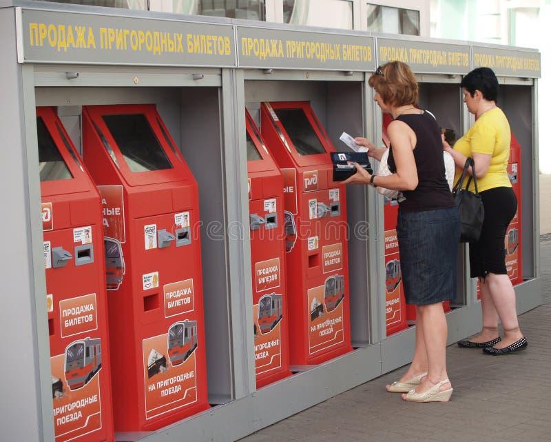 Moscú, Rusia La gente compra boletos suburbanos en máquinas automáticas en la estación bielorrusa El texto ruso - venta de t subu imagenes de archivo