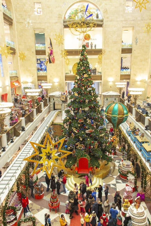 04-01-2017, Moscú, Rusia La tienda de los niños más grandes del mundo de los niños de Moscú Árbol de navidad en la tienda de jugu imagen de archivo libre de regalías