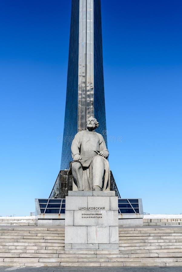 Moscú, Rusia-marzo, 24, 2018: Monumento al fundador de la astronáutica Konstantin Tsiolkovsky imagen de archivo libre de regalías