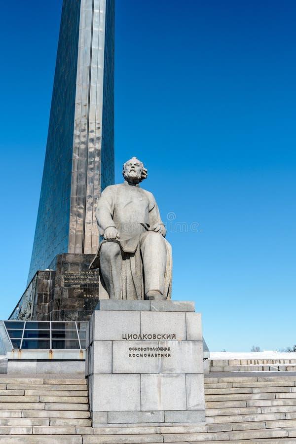 Moscú, Rusia-marzo, 24, 2018: Monumento al fundador de la astronáutica Konstantin Tsiolkovsky imagen de archivo