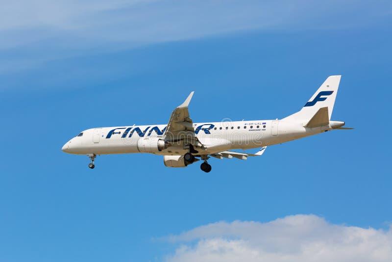 Moscú, Rusia - mayo de 2018: Embraer ERJ-190LR OH-LKL del aterrizaje de Finnair en el aeropuerto internacional de Sheremetyevo en fotografía de archivo libre de regalías