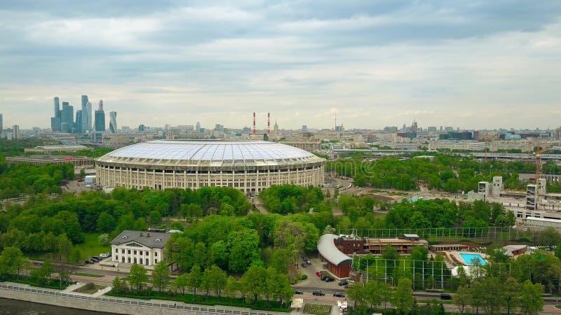 MOSCÚ, RUSIA - MAYO, 24, 2017 Tiro aéreo de la mucha altitud de renovado para la arena 2018 del fútbol de Luzhniki del mundial de foto de archivo libre de regalías