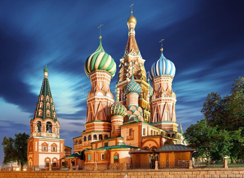 Moscú, Rusia - opinión de cuadrado rojo de la catedral del ` s de la albahaca del St en el nig fotos de archivo libres de regalías