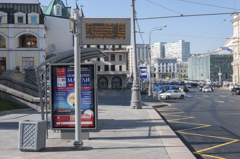 Moscú, Rusia 21 09 2015 parada de autobús vacía con el marcador electrónico en la calle del teatro imagenes de archivo