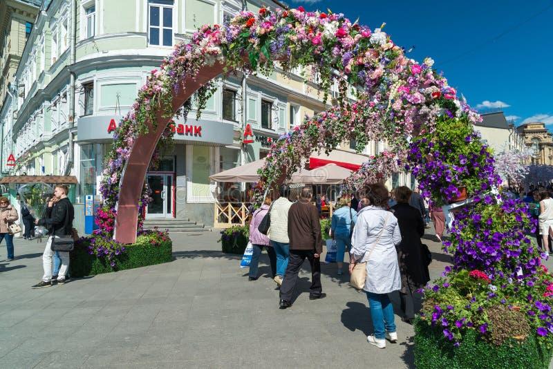 Moscú, Rusia - pueden 14 2016 Adorne las calles florales de los arcos para el festival - primavera de Moscú imagen de archivo