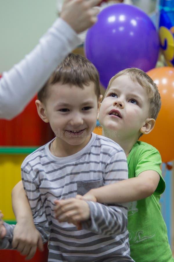 2019 01 22, Moscú, Rusia Retrato de dos pequeños amigos en el jardín del niño imágenes de archivo libres de regalías