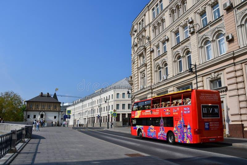 Moscú, Rusia, septiembre, 01, 2018 Ciudad Sihgtseeng del bus turístico del autobús de dos pisos que va abajo de la calle Varvarka fotos de archivo
