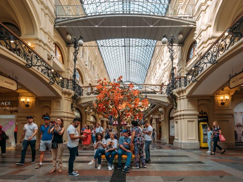 Moscú, Rusia - septiembre de 2018: Interior de la GOMA, grandes almacenes universales de la central de Moscú, alameda grande en e imágenes de archivo libres de regalías