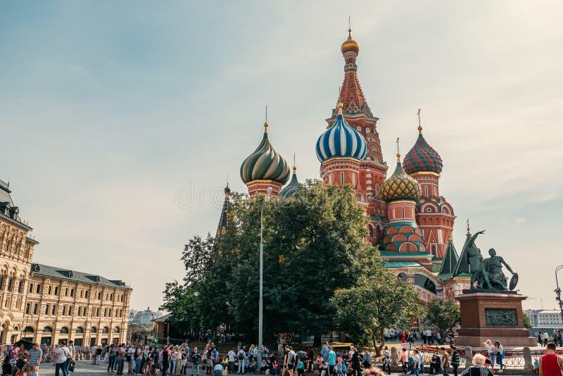 Moscú, Rusia - septiembre de 2018: Turistas en cuadrado rojo detrás de St Basil Cathedral imagen de archivo