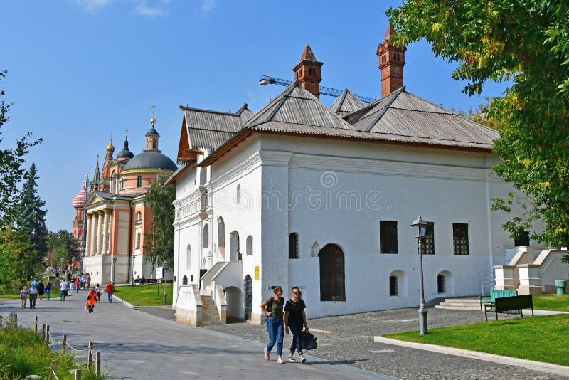 Moscú, Rusia, septiembre, 01, 2018 La gente que camina en Zaryadye parquea cerca de cámaras antiguas de vieja corte inglesa y de  imagen de archivo