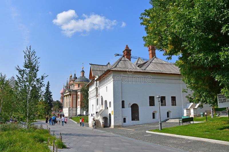 Moscú, Rusia, septiembre, 01, 2018 La gente que camina en Zaryadye parquea cerca de cámaras antiguas de vieja corte inglesa y de  imagen de archivo libre de regalías