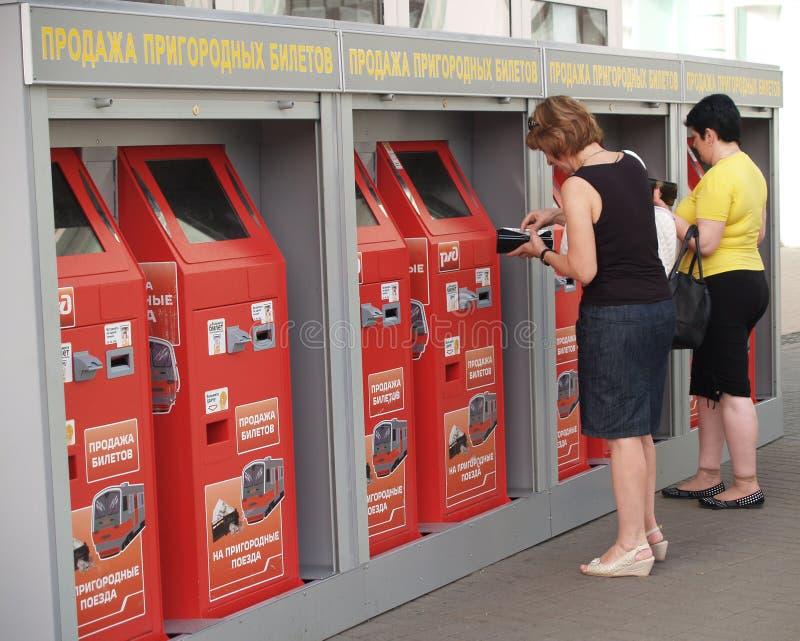 Moscú, Rusia Venta de boletos suburbanos en la estación bielorrusa El texto ruso - venta de boletos suburbanos fotografía de archivo libre de regalías