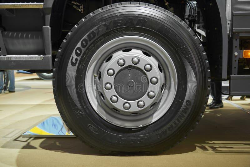 MOSCÚ, SEPT, 5, 2017: Ciérrese encima de la opinión sobre las ruedas y los neumáticos del eje delantero del camión de Volvo Borde imagenes de archivo