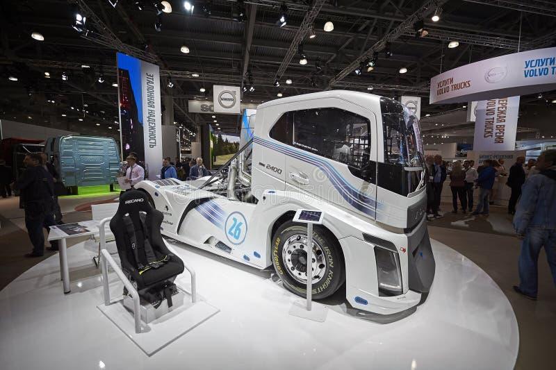 MOSCÚ, SEPT, 5, 2017: Opinión sobre objeto expuesto de alta velocidad del camión de los arrancones de Volvo que compite con en la imagen de archivo