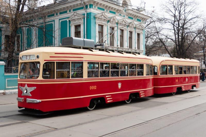 Mosc?, Federaci?n Rusa - 20 de abril de 2019: desfile de la tranv?a Tranv?as viejas en la calle de Nikolskaya fotografía de archivo