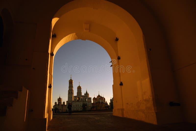 Mosc? Kremlin Fondo del cielo azul fotografía de archivo
