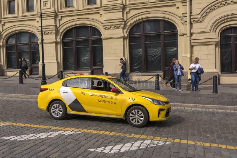Mosc?, Rusia 5 de julio de 2019 Compañía Yandex del taxi en la calle fotos de archivo