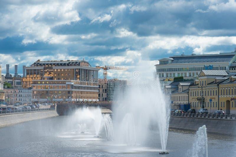 MOSC?, RUSIA - 5 de julio de 2016 Fuentes en el r?o de Mosc? imagen de archivo