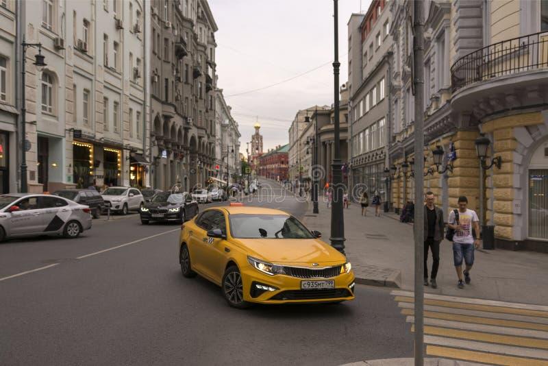 mosc? Rusia 12 de junio de 2019 Taxi de la ciudad en las calles de Moscú foto de archivo