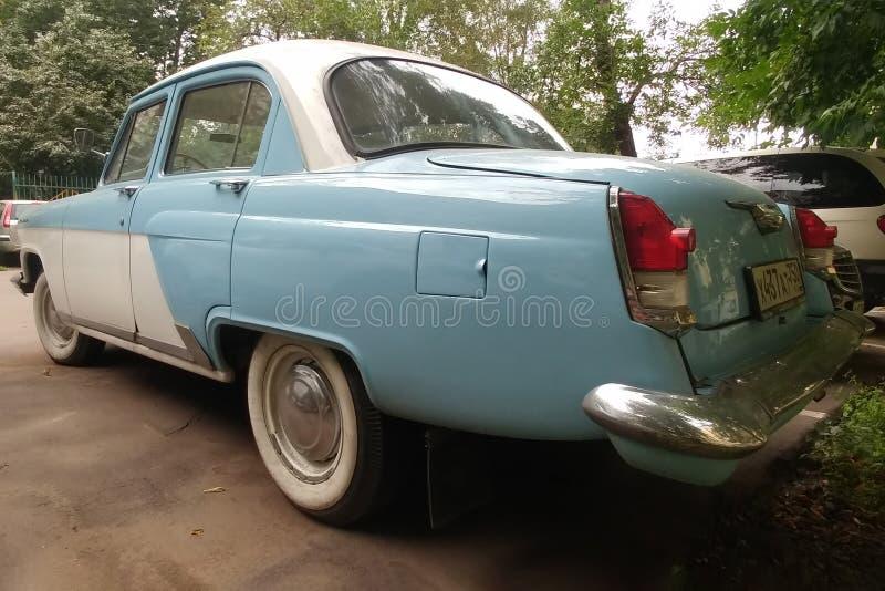 Mosc?, Rusia - 5 de mayo de 2019: El gas sovi?tico raro, restaurado 21 Volga del coche Parquean a un oldtimer bicolor azul y blan imagen de archivo