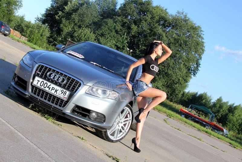 mosc? Rusia - 20 de mayo de 2019: La línea de plata de Audi A6 S se parquea en al aire libre Cerca de estancias la muchacha es el imagenes de archivo