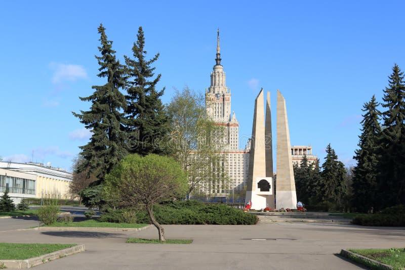 Mosc?, Rusia - 3 de mayo de 2019: Monumento a los estudiantes y al personal de la universidad de estado de Mosc? y de la universi foto de archivo