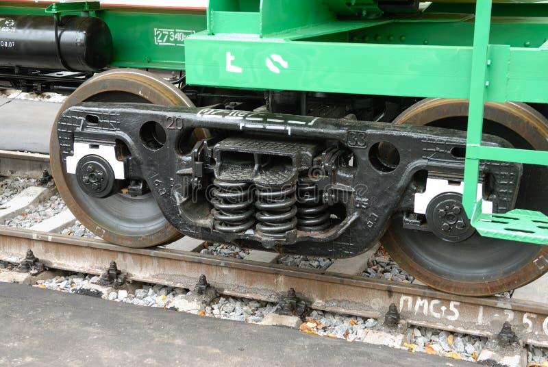 MOSCA, 20 AGOSTO, 2007: Chiuda sul colpo carrello ferroviario russo dell'automobile di trasporto di colore nero di nuovo 25 tonne immagine stock libera da diritti