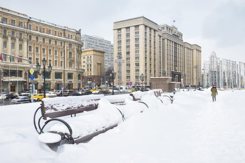 Mosca centrale durante le precipitazioni nevose nell'inverno fotografie stock libere da diritti