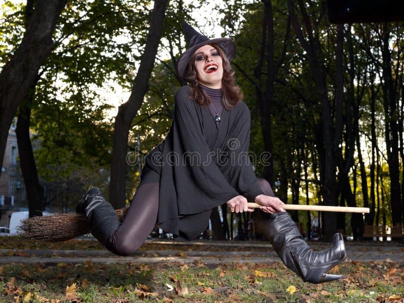 Mosca da bruxa no broomstick ao ar livre. foto de stock