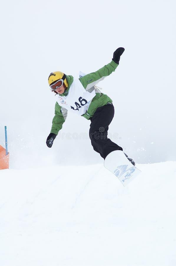 Mosca de la muchacha del Snowboard fotografía de archivo libre de regalías