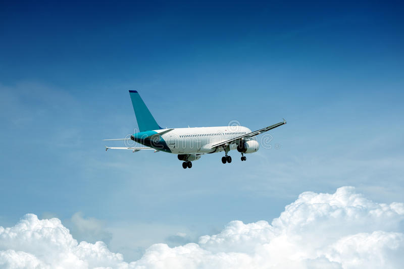 Mosca del avión de pasajeros para arriba sobre cauce del despegue fotografía de archivo libre de regalías