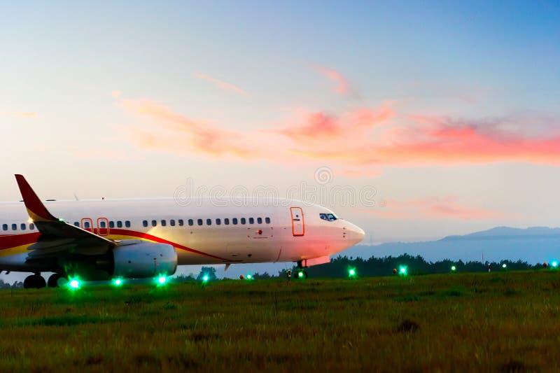 Mosca del avión de pasajeros para arriba sobre cauce del despegue imagen de archivo libre de regalías